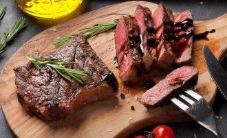 Вкусный мясной стейк