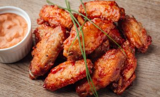 Куриные крылья в томатном соусе