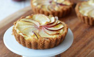 Сладкие тарталетки с творогом и яблоками