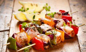 Курица с овощами на шпажках